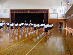 3年生女子 ダンスリーダーのもと練習